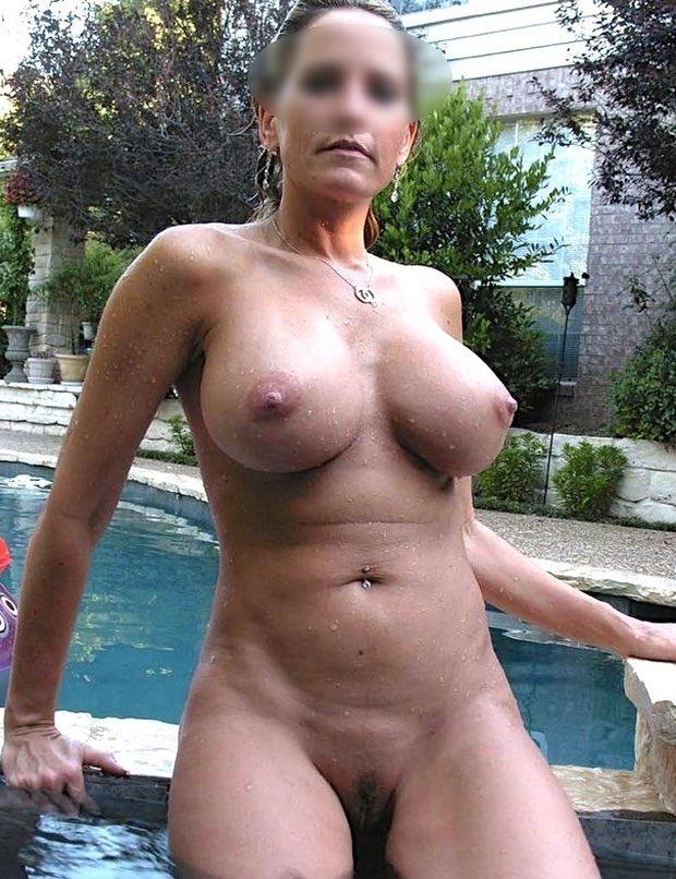 Une cougar nue au bord de la piscine
