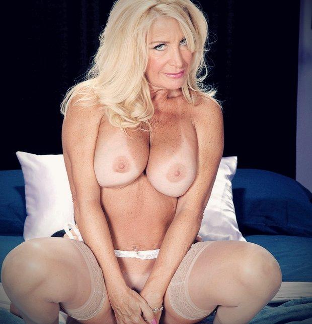 Plan cul avec une cougar blonde sur le réseau de la rencontre cougar