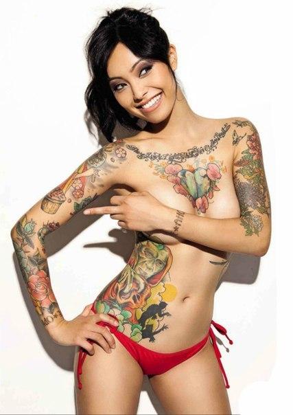 Baise une femme tatouée