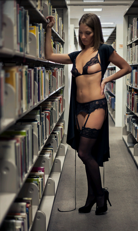 Exhibition d'une jeune libertine en lingerie